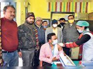 कोरोना वैक्सीन के प्रथम चरण के चौथे दिन जिले के सात केन्द्रों पर 353 स्वास्थ्य कर्मियों ने लगाया टीका सीतामढ़ी,Sitamarhi - Dainik Bhaskar