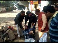 प्रदेश उपाध्यक्ष के स्वागत में भाजपा नेता की जेब पर हाथ साफ; चोर को बाल से पकड़कर सड़क पर घसीटा, चप्पल मारी, पीटा|ग्वालियर,Gwalior - Dainik Bhaskar