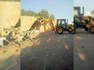 सरकारी जमीन पर कब्जा कर बनीं 7 दुकानें एक साल पहले की शिकायत के बाद तोड़ीं शमशाबाद,Shamshabad - Dainik Bhaskar