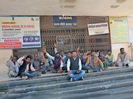 वित्तीय अधिकार छीनने के विरोध में सरपंचों की ग्राम पंचायतों पर तालाबंदी|बांसवाड़ा,Banswara - Dainik Bhaskar