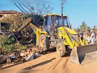 अतिक्रमण होने के कारण बंद था सड़क का काम, जेसीबी से कच्चे मकान व टपरे हटाए|बीना,Bina - Dainik Bhaskar