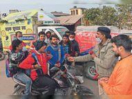हेलमेट और सीट बेल्ट न लगाने वालाें काे दिया गुलाब का फूल|भागलपुर,Bhagalpur - Dainik Bhaskar