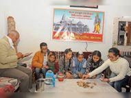 टीम सहयोग राशि एकत्र करने पहुंची थी, बच्चों ने बुलाकर राशि ही सौंप दी|श्रीगंंगानगर,Sriganganagar - Dainik Bhaskar