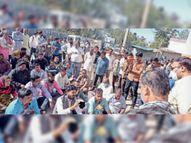 एसडीएम कार्यालय पर सांकेतिक धरना देकर ठेका श्रमिक बाेले- 10 माह से बेराेजगार हैं, एक समय खाना भी मुश्किल से मिल रहा|नागदा,Nagda - Dainik Bhaskar