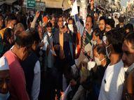 नगर परिषद के विरोध में आए व्यापारी, कहा- पहले ही कोरोना ने कमर तोड़ी अब विज्ञापन के नाम पर लूट रहे परिषद|सीकर,Sikar - Dainik Bhaskar