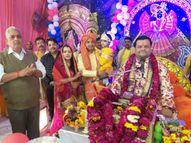 नंदोत्सव में नंद बाबा नन्हें कृष्ण को लेकर निकले, कृष्ण के अवतरित होने पर लुटाए उपहार|भरतपुर,Bharatpur - Dainik Bhaskar