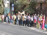 2000 रुपए वेतन पाने वाले स्कूल सफाई कर्मचारी प्रदेशभर से पैदल पहुंचे राजधानी|छत्तीसगढ़,Chhattisgarh - Dainik Bhaskar