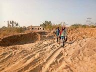 ग्रामीणों के विरोध के बावजूद गोचर भूमि से रेत खनन, लगातार बढ़ रहे अतिक्रमण|बाड़मेर,Barmer - Dainik Bhaskar