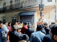 सिंधी कैंप में शहीद की प्रतिमा रखने को लेकर देररात विवाद, हटवाने पर अड़े लोग|दमोह,Damoh - Dainik Bhaskar