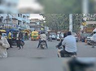 दौलतगंज-फव्वारा चौक पर ठेले, लोडिंग वाहन आवागमन में बाधक, क्योंकि यहां ट्रैफिक की क्रेन रोज नहीं घूमती|उज्जैन,Ujjain - Dainik Bhaskar