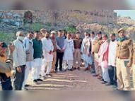 गढ़मोरा में मकर संक्रांति पर उपजे विवाद को लेकर पंच- पटेलों के बीच पहुंचे एसपी करौली,Karauli - Dainik Bhaskar