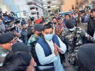 भीड़ से घिरे तेजस्वी हाथ जोड़कर बोले- पापा बीमार हैं, माफ कीजिए एयरपोर्ट जल्द पहुंचना है; जाने दीजिए|रांची,Ranchi - Dainik Bhaskar