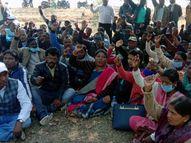 वित्त मंत्री के आवास का घेराव करने पहुंचे, पुलिस ने रोका तो धरना पर बैठे; कहा- मांगे पूरी न हुई तो 10 फरवरी को CM आवास घेरेंगे|रांची,Ranchi - Dainik Bhaskar