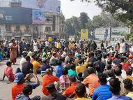 लोगों ने बिष्टुपुर थाना घेरा, थानेदार के खिलाफ की नारेबाजी; 3 जनवरी को हुई थी महिला की हत्या|जमशेदपुर,Jamshedpur - Dainik Bhaskar