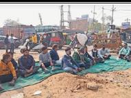 तोप सर्किल पर नहीं बनी सड़क, लोगों ने धरना देकर जताया रोष|भरतपुर,Bharatpur - Dainik Bhaskar