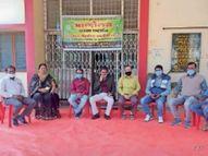 5 दिन से अनिश्चितकालीन हड़ताल, मांगी पदोन्नति और सातवां वेतनमान|खरगोन,Khargone - Dainik Bhaskar