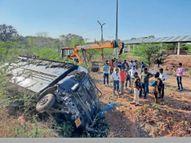 कैदी को जेल छोड़ने जा रहा वाहन गाय को बचाने के चक्कर में खाई में गिरा|आगर मालवा,Agar - Dainik Bhaskar