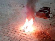 बढ़ते कोरोना के बीच अफसरों की लापरवाही पड़ेगी भारी, इटावा में कोरोना वेस्ट को सार्वजनिक स्थल पर जलाया जा रहा|कानपुर,Kanpur - Dainik Bhaskar