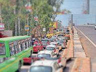 सर्विस रोड बनाते हुए ब्लॉक हो गई सीवर लाइन, ठीक करने के लिए हाईवे किया बंद, लगा जाम|मोहाली,Mohali - Dainik Bhaskar