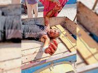 वाकरपुर में बुजुर्ग को कुत्ते ने बाजू पर काटा, नीचे गिरे तो चेहरा भी नोचा|मोहाली,Mohali - Dainik Bhaskar