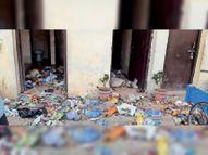 सफाई कर्मचारियों ने किया सैलरी काटने का विरोध, पब्लिक टॉयलेट में फेंका कूड़ा मोहाली,Mohali - Dainik Bhaskar