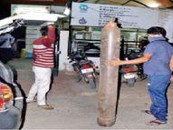इंदौर के एक अस्पताल में ऑक्सीजन कम पड़ी तो मरीजों के परिजन बाइक-कार पर सिलेंडर लाए, प्रदेश में 24 घंटे में 6,489 मरीज मिले|इंदौर,Indore - Dainik Bhaskar