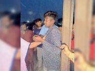 मोबाइल चुराने पर लोगों ने युवक को पकड़ किया पुलिस के हवाले|जलालाबाद,Jalalabad - Dainik Bhaskar