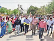 स्कूल बंद के विरोध में संचालकों का डीसी दफ्तर पर प्रदर्शन, 200 बस लेकर पहुंचे|हिसार,Hisar - Dainik Bhaskar