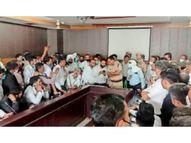 पुलिसकर्मियाें के खिलाफ केस रद्द करने की मांग काे लेकर वकीलाें ने एसपी ऑफिस के बाहर किया हंगामा|पानीपत,Panipat - Dainik Bhaskar