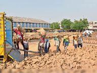 आवक से दस गुणा कम हो रहा उठान, गेहूं की बाेरियाें और ढेरियाें से अटीं पड़ी हैं जिले की 7 अनाज मंडियां|हिसार,Hisar - Dainik Bhaskar