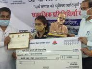 अम्बेडकर पुरस्कार के लिए प्रदेश के 17 विद्यार्थियों में से अलवर के दो, जिसमें कमालपुर गांव की मजदूर की बेटी पिंकी भी|अलवर,Alwar - Dainik Bhaskar