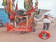 70 वर्ष की उम्र में दंडवत करते 29वीं रामदेवरा यात्रा पर निकले आईदानराम|नागौर,Nagaur - Dainik Bhaskar