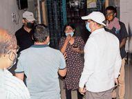 काेराेना मरीज के इलाज से असंतुष्ट परिजनाें ने मेडिकल कॉलेज अस्पताल के आईसीयू में किया हंगामा, गेट का शीशा तोड़ा, डाॅक्टर से धक्का-मुक्की, पुलिस से भी उलझे, मरीज रेफर|भागलपुर,Bhagalpur - Dainik Bhaskar