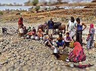 छापरिया गांव के लोगों को पशुओं के साथ सूखी नदी में गड्ढ़े खोदकर गंदा पानी पीना पड़ रहा है|बांसवाड़ा,Banswara - Dainik Bhaskar