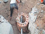 पानी की पाइपलाइन को बीच में रख बना दिया सीवरेज का चैंबर|नागौर,Nagaur - Dainik Bhaskar