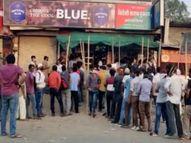 इंदौर शहर से लगे मांगलिया में शराब दुकानों के बाहर 100 मीटर लंबी लाइन, लोग शराब खरीदने घंटों खड़े रहे; सोशल डिस्टेंसिंग भी भूले इंदौर,Indore - Dainik Bhaskar