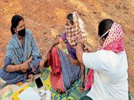 45 पार वाले दादा-दादी आओ; सुनते ही आते हैं लोग, पेड़ के नीचे लगता है टीका, कोरोना से लड़ने गांव पहुंची टीम|दंतेवाड़ा,Dantewada - Dainik Bhaskar