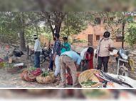 नपा ने सड़कों से हटवाई दुकानें, शाम को फिर लगी; सब्जी खरीदने को जुट रही भीड़, मास्क नहीं लगा रहे लोग|होशंगाबाद,Hoshangabad - Dainik Bhaskar