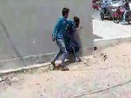 गोड्डा में प्रेमी ने की प्रेमिका की सरेराह पिटाई, नकद और जेवरात लेकर भागा; लड़की ने पुलिस से की शिकायत|धनबाद,Dhanbad - Dainik Bhaskar