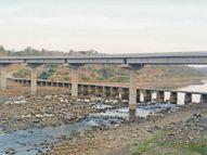 पिता तीन साल की बेटी के साथ पुल से 70 फीट नीचे नदी में गिरा, मौत|बांसवाड़ा,Banswara - Dainik Bhaskar