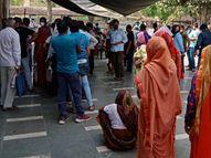 अलवर जिला अस्पताल के सामने कोरोना जांच कराने वाले रोज सैकड़ों लोग पहुंच रहे, वैक्सीन लगवाने वाले भी लाइन में|अलवर,Alwar - Dainik Bhaskar