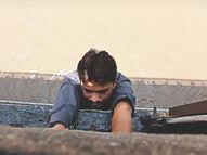 कर्ज से परेशान युवक ब्रिज से नदी में कूदने जा रहा था; भास्कर के फोटो जर्नलिस्ट ने बचाई जान|देश,National - Dainik Bhaskar
