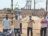 पटरी उठाते समय तार पर गिरी, परियोजना में पटरियां ले जाने का काम कर रहे मजदूर|खंडवा,Khandwa - Dainik Bhaskar