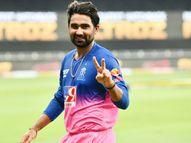 राजस्थान टीम के खिलाड़ी नया गेम खेलते दिखे, तेवतिया ने पानी की बोतल को प्रपोज और किस किया|IPL 2021,IPL 2021 - Money Bhaskar