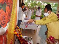 CM शिवराज सिंह चौहान पहुंचे गृह ग्राम बसुधा, स्वर्गीय जुगुल किशोर बागरी को श्रद्धा सुमन अर्पित कर परिजनों को बंधाया ढांढस|सतना,Satna - Money Bhaskar