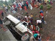 अंबिकापुर से भिलाई जा रहा पिकअप पलटी, टोकनियों में भर-भरकर टमाटर ले गए ग्रामीण|बिलासपुर,Bilaspur - Money Bhaskar