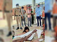 नरकटियागंज नप की ओर से रेलवे स्टेशन पर जरूरतमंदों को दिया जा रहा है भोजन|बेतिया,Bettiah - Dainik Bhaskar