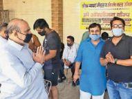 बुजुर्ग बाेला- अकेला हूं और पत्नी बीमार है, एसपी ने पुलिस व व्यापार मंडल के सहयाेग से पहुंचाया ऑक्सीजन सिलेंडर|पानीपत,Panipat - Dainik Bhaskar