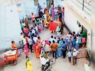 नंदी के करतब देखने जुटी भीड़, लोगों ने नहीं लगा रखा था मास्क|भरतपुर,Bharatpur - Dainik Bhaskar