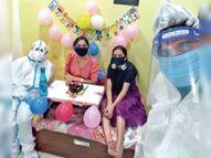 जन्मदिन आया तो माता-पिता ने पीपीई किट पहन कटवाया केक इंदौर,Indore - Dainik Bhaskar